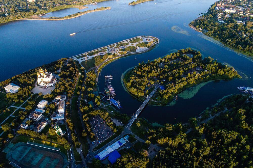A Catedral da Dormição à beira do rio Volga na cidade russa de Yaroslavl