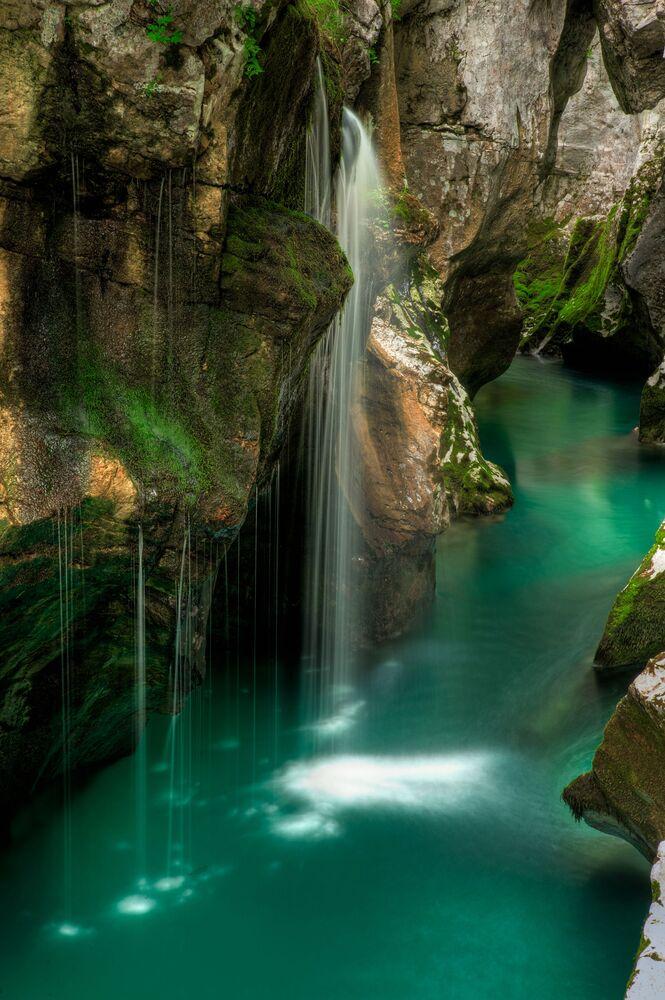 Cascatas no rio Isonzo na Eslovênia. Seu comprimento é de 136 km com uma bacia de 3.400 km² dos quais 1.150 km² ficam na Itália