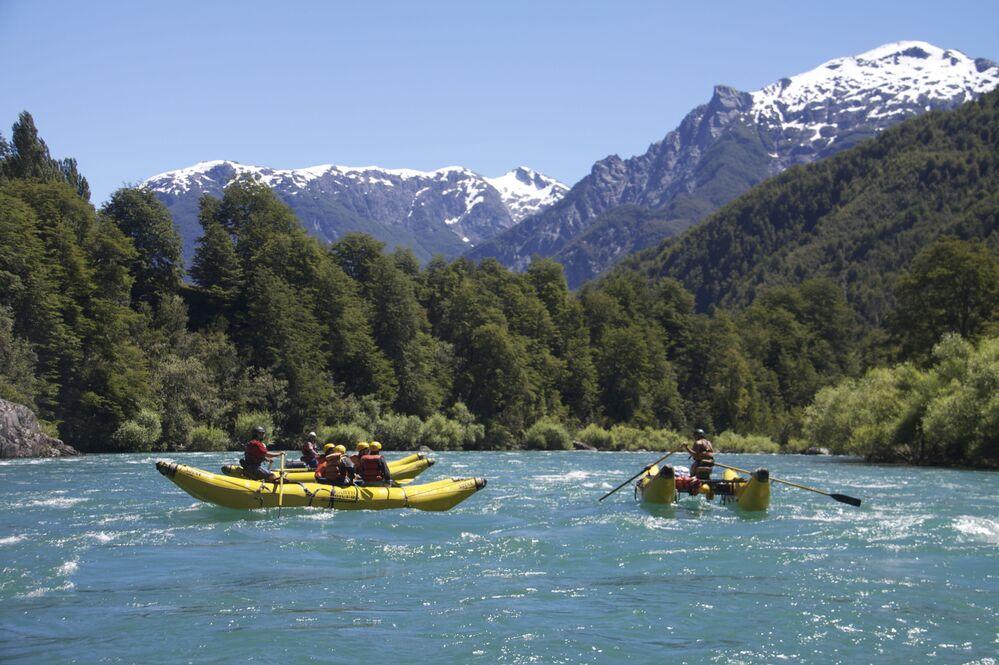 Barcos atravessam rio chileno Futaleufú. Seu nome significa Rio Grande, e é conhecido por ser um dos mais espetaculares do mundo
