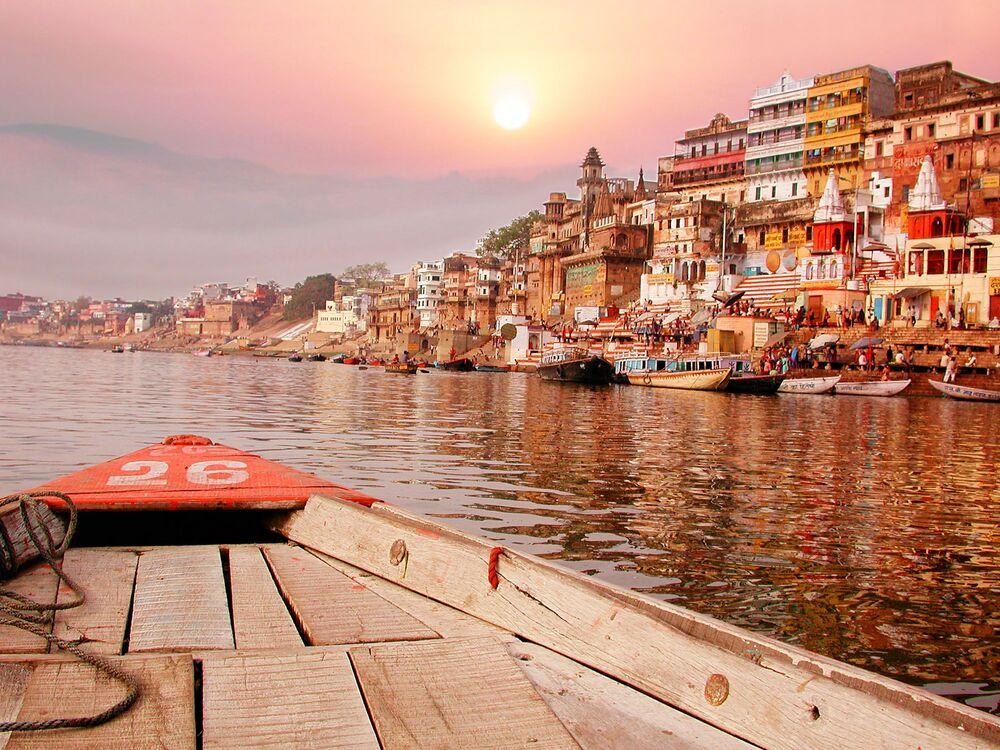 Pôr do sol no rio Ganges – um dos principais rios do subcontinente Indiano, e é um dos vinte maiores do mundo