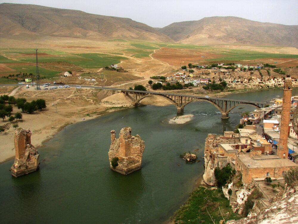 Rio Tigre atravessa o cidade de Hasankeyf, no sudeste da Turquia
