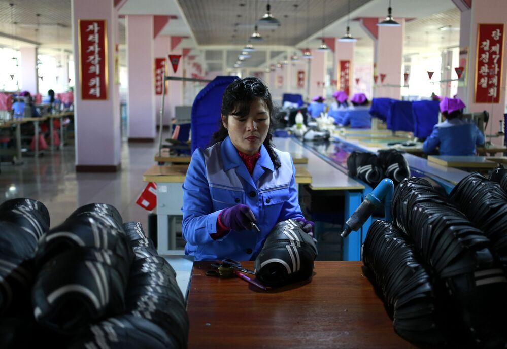 Uma funcionária da fábrica de calçado Ryuwon, em Pyongyang
