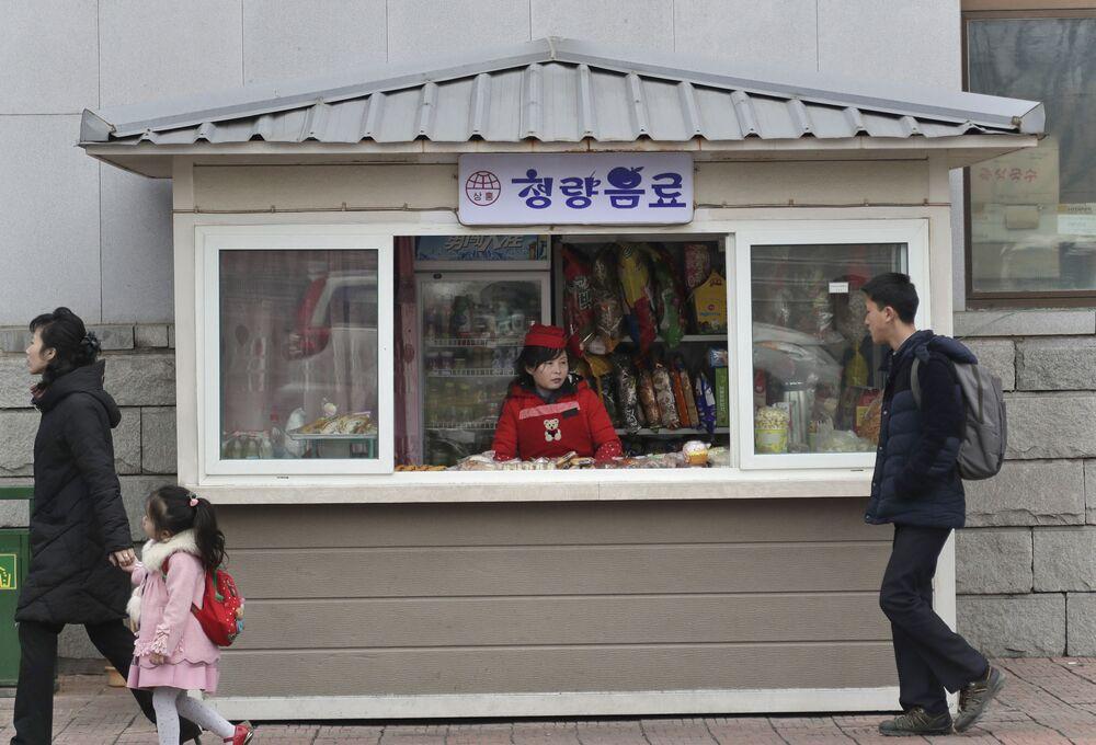 Um quiosque com comida em uma das ruas de Pyongyang