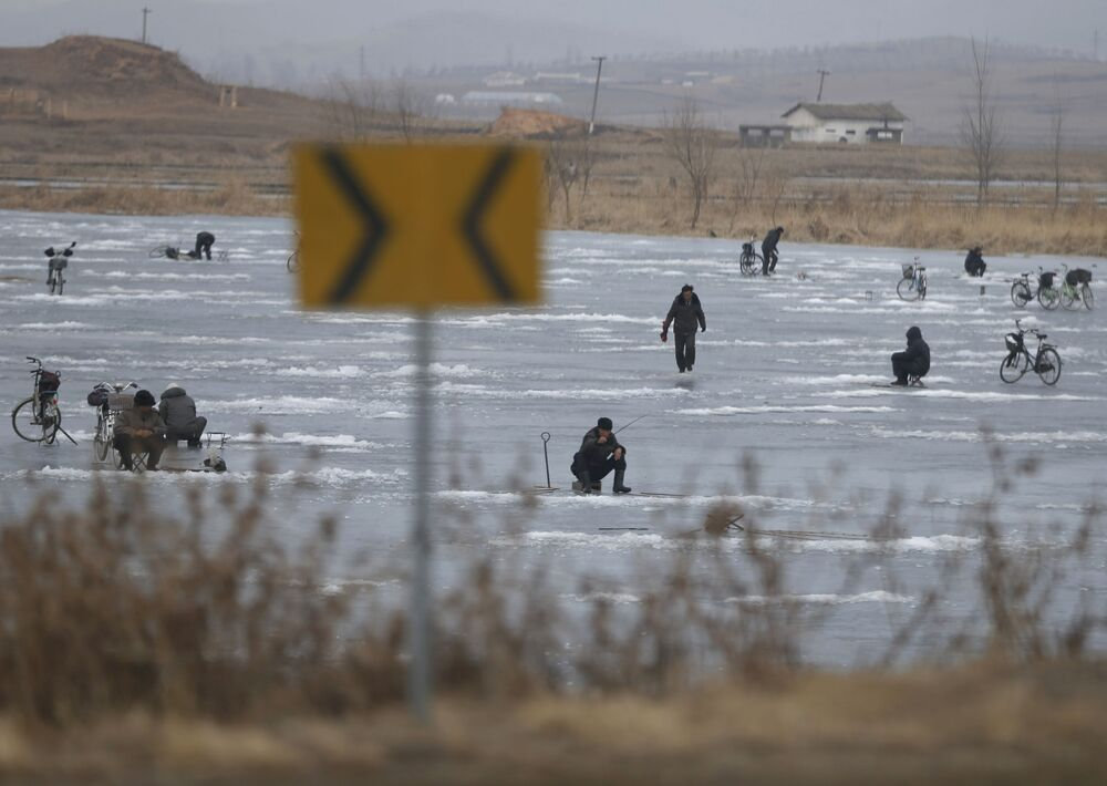 Pesca no gelo em um lago na cidade norte-coreana de Nampo