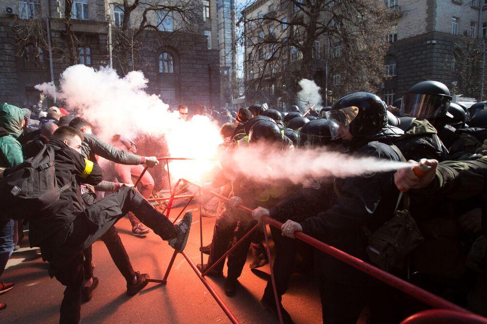 Confrontos entre nacionalistas e policiais perto junto ao prédio da administração do presidente ucraniano em Kiev