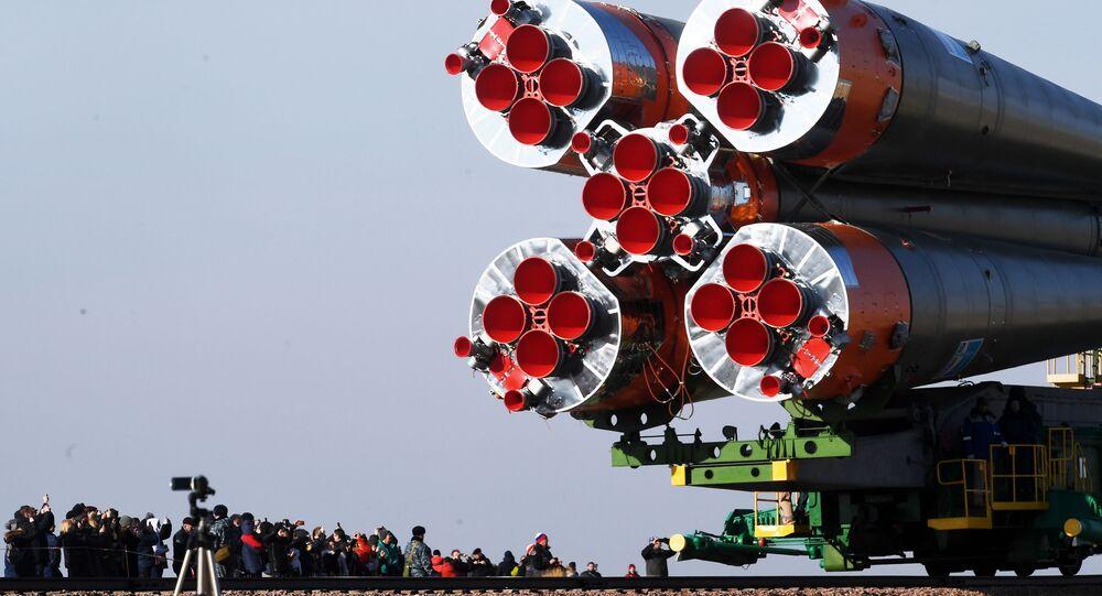 Transporte do foguete portador Soyuz-FG com nave tripulada Soyuz MS-12 para a plataforma de decolagem no Cosmódromo de Baikonur