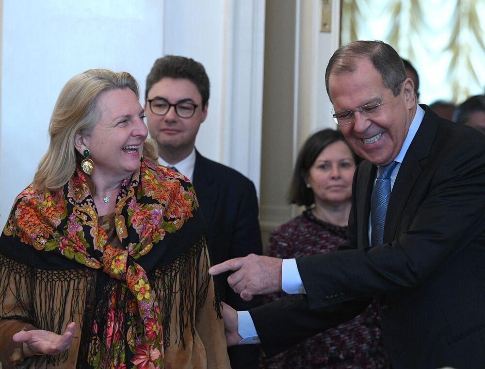 Ministro das Relações Exteriores da Rússia, Sergei Lavrov, com sua homóloga austríaca, Karin Kneissl, durante a reunião