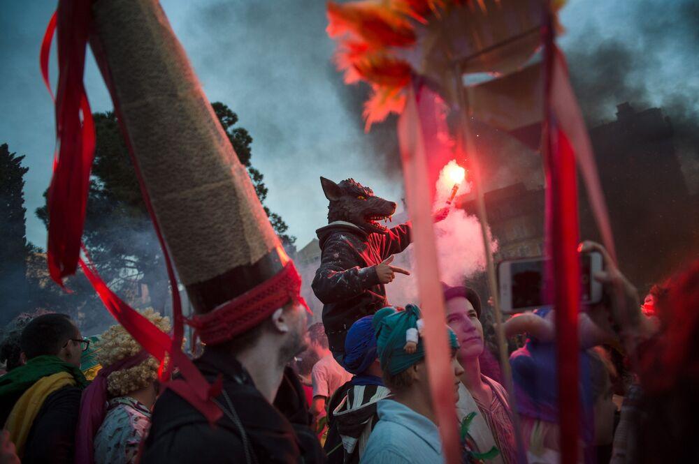Foliões participam no La Plaine Carnival em Marselha, França, em 10 de março de 2019
