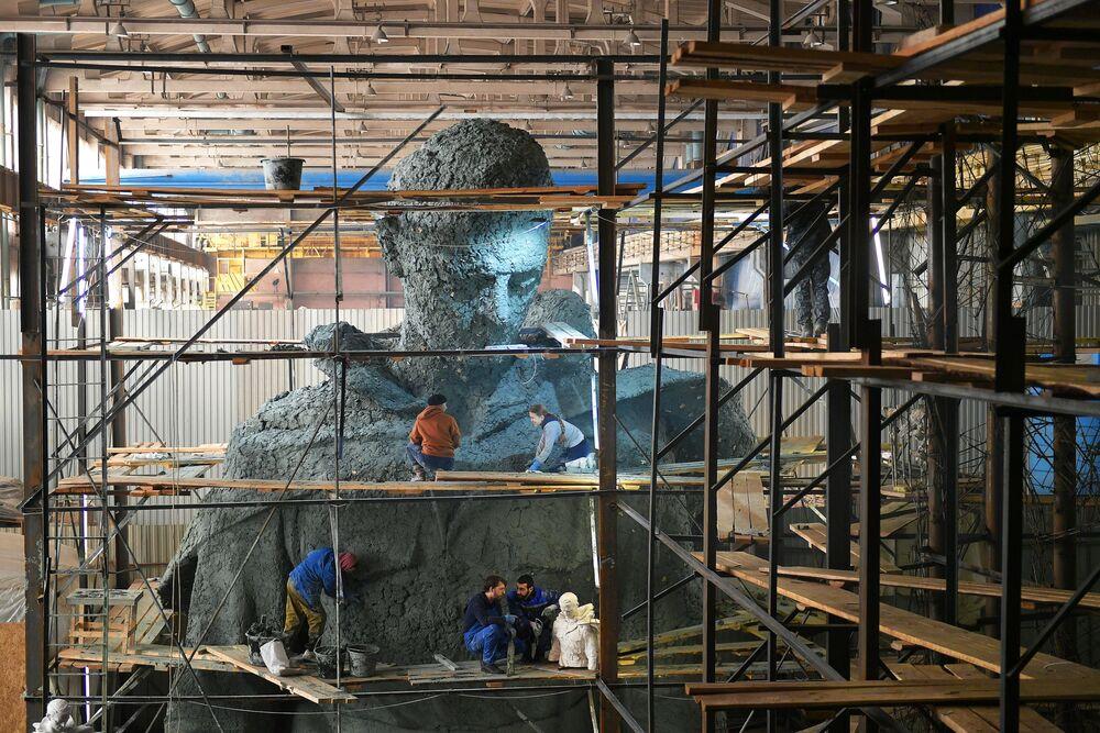 Escultores durante a construção da figura central no Memorial de Rzhev ao Soldado Soviético em Moscou