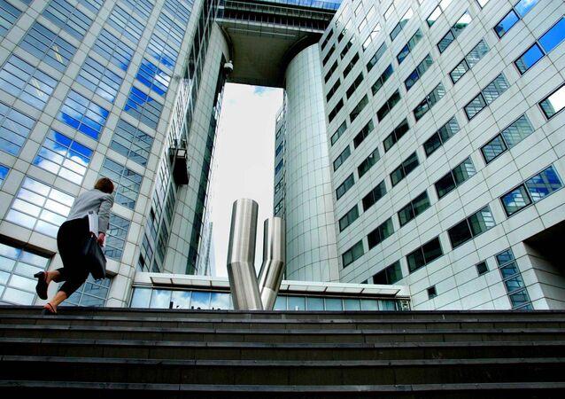 Uma mulher caminha até os escritórios do Tribunal Penal Internacional (ICC) (Arquivo)