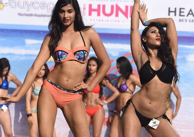 Modelos fitness indianas posam no desfile realizado no âmbito do Body Power Beach Show, o primeiro carnaval de corpos praieiros na Índia