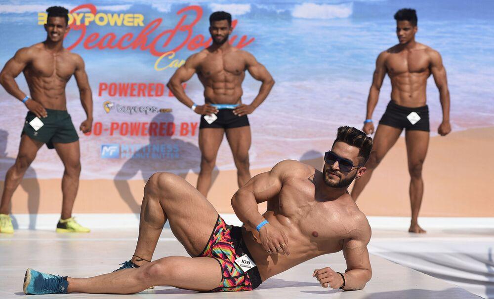 Modelos fitness indianos durante carnaval de corpos praieiros Body Power Beach Show em Goa