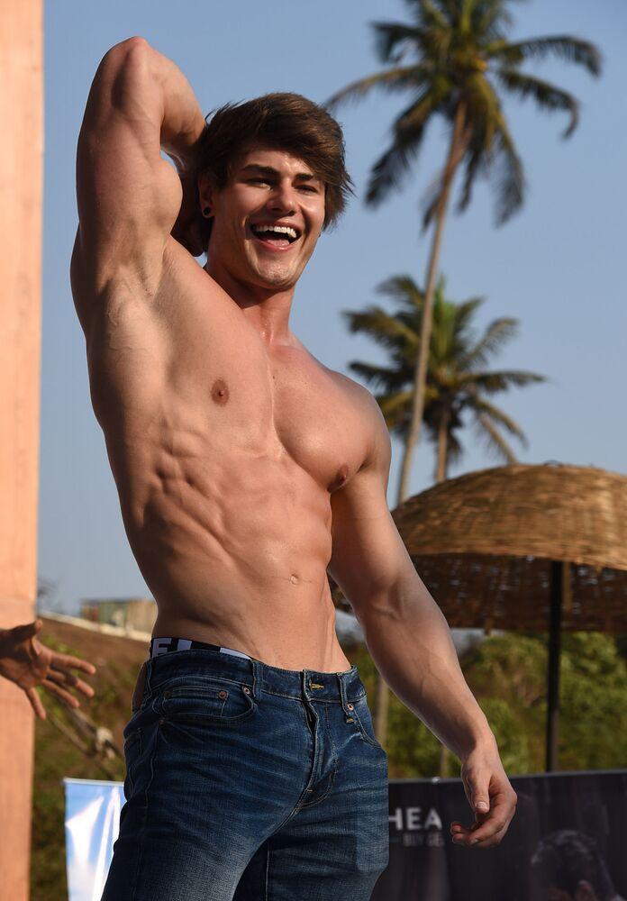 Fisiculturista e modelo fitness americano Jeff Seid posa no evento Body Power Beach Show, no estado indiano de Goa