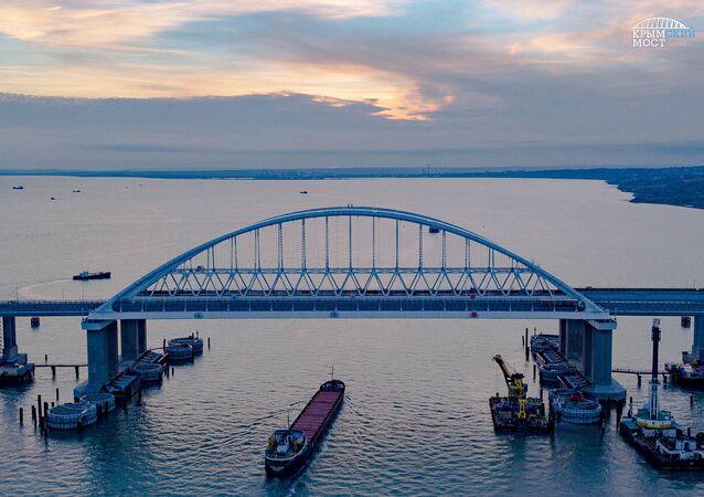 A Ponte da Crimeia através do estreito de Kerch, que liga a península da Crimeia à região russa de Krasnodar. A parte rodoviária da ponte foi inaugurada em 15 de maio de 2018. O início do tráfego ferroviário através da ponte está planejado para dezembro de 2019