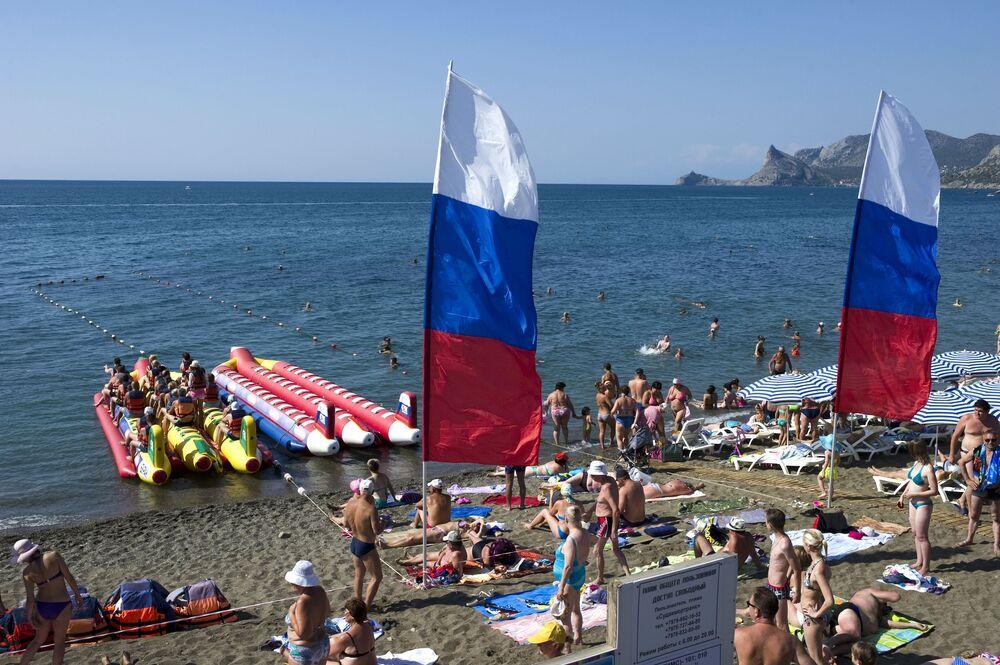Turistas em uma das praias de Sudak, Crimeia