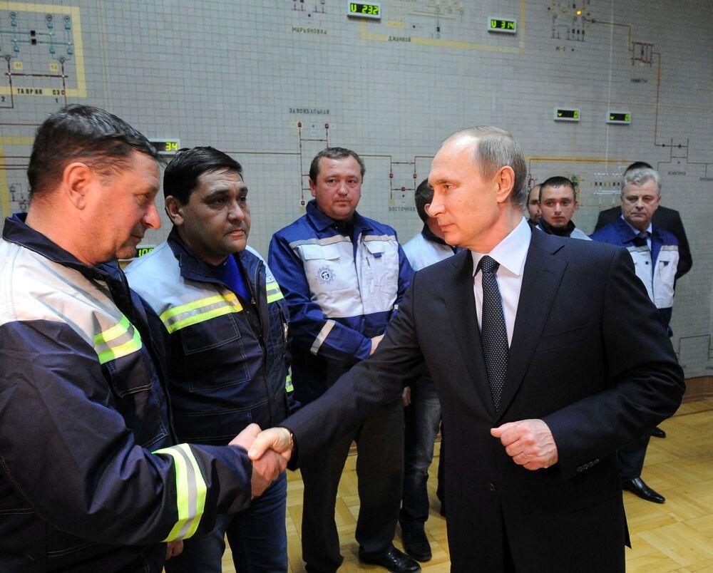 Presidente russo, Vladimir Putin, participou do lançamento da primeira etapa da ponte energética para a Crimeia, durante uma visita à empresa Krymenergo, Simferopol, em 2 de dezembro de 2015