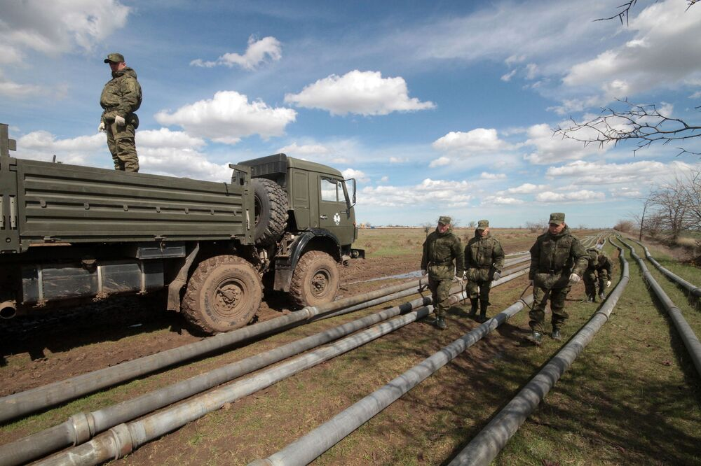 Militares das unidades de apoio material e técnico dos Distritos Militares Ocidental e Oriental participam da construção de encanamento do Canal do Norte da Crimeia para abastecimento de água potável ao sudeste da Crimeia