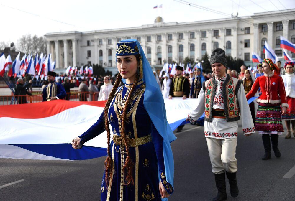 Celebrações do quinto aniversário da reunificação da Crimeia à Rússia em uma das ruas de Simferopol
