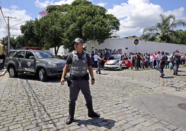 Agente federal no local do crime na Escola Estadual Raul Brasil em Suzano (SP)