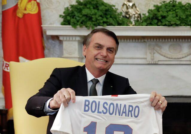 Jair Bolsonaro recebe de Donald Trump camisa da seleção norte-americana de futebol, Casa Branca, Washington, 19 de março de 2019