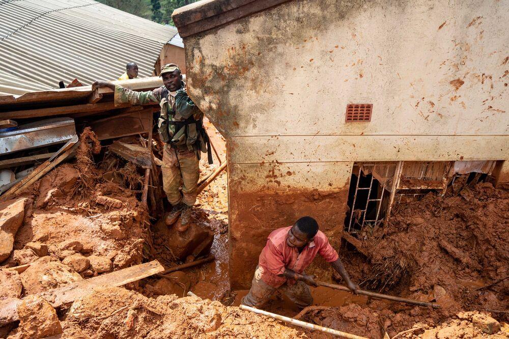 Militares ajudam os moradores locais a recuperar bens perdidos em Chimanimani, no leste de Zimbábue