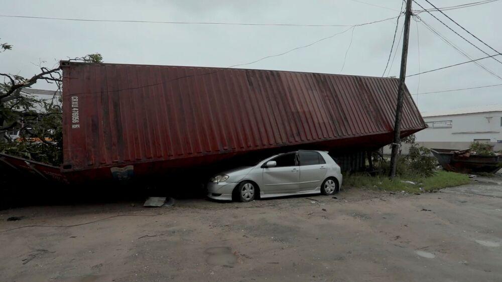 Carro esmagado por contêiner após a passagem do ciclone tropical Idai, cidade de Beira, Moçambique