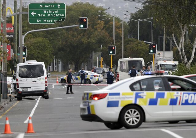 Polícia bloqueia rua perto da mesquita de Linwood, em Christchurch, Nova Zelândia, após tiroteio