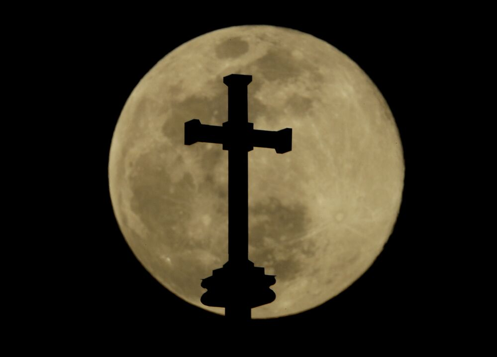 A cruz da Catedral da Sagrada Família com a Superlua no fundo, fotografada na cidade de Tulsa, no estado norte-americano de Oklahoma