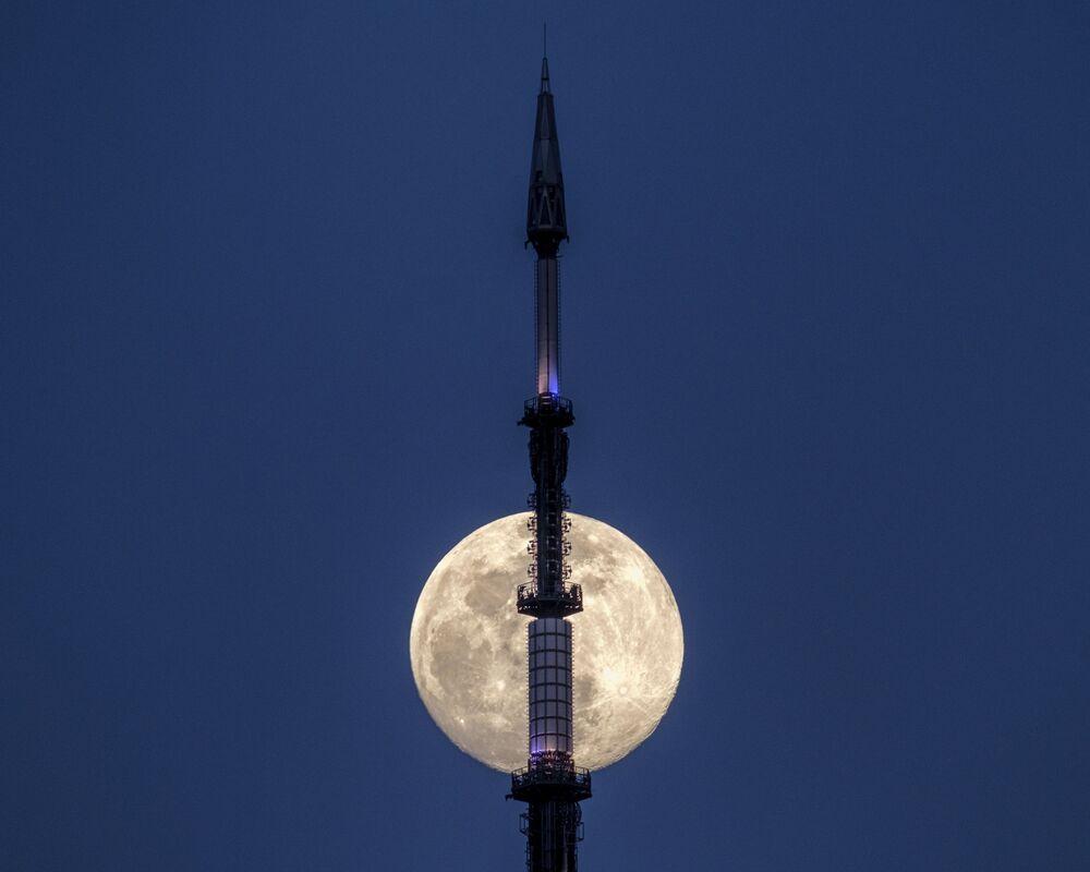 A Lua por trás da antena do novo centro de comércio World Trade Center, em Nova York