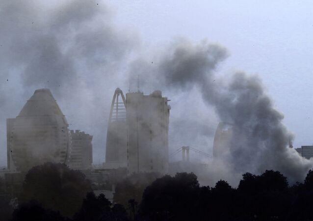 Nuvens de fumaça nos céus de Cartum, capital do Sudão, devido a incêndio no antigo palácio presidencial