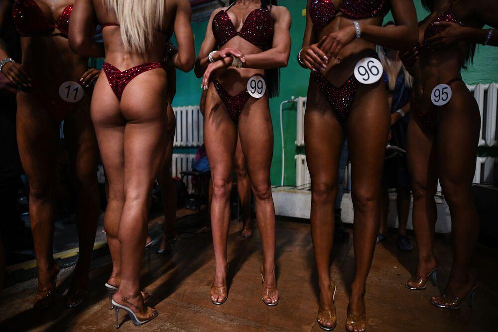 Mulheres em biquíni se preparam para sair ao palco no campeonato