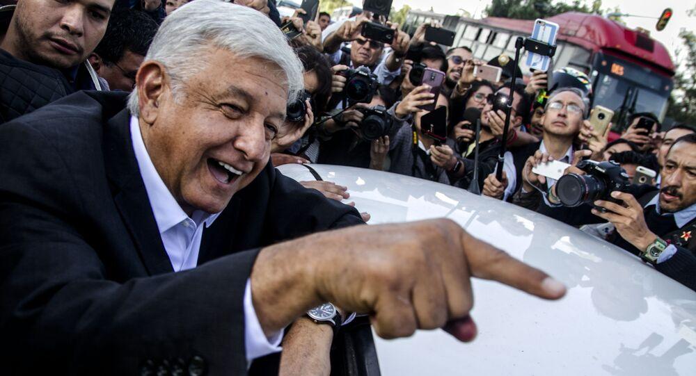O presidente Andrés Manuel López Obrador ri antes de entrar no carro, na Cidade do México