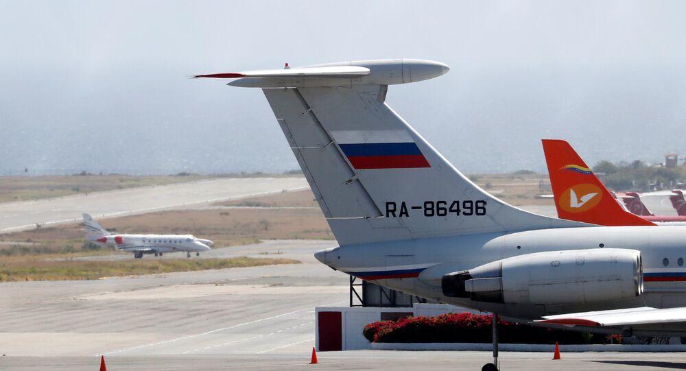 Avião de bandeira russa no Aeroporto Internacional Simon Bolivar, em Caracas