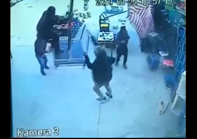 Homem voa em guarda-sol durante passagem de tornado