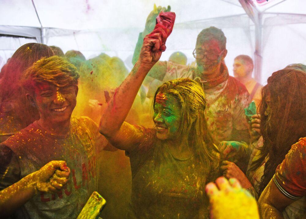Pessoas aproveitam o festival das cores Holi Mela no Centro de Cultura Indiana em Moscou