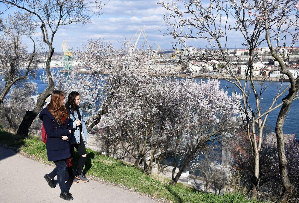 Garotas passeiam ao longo da baía de Sevastopol