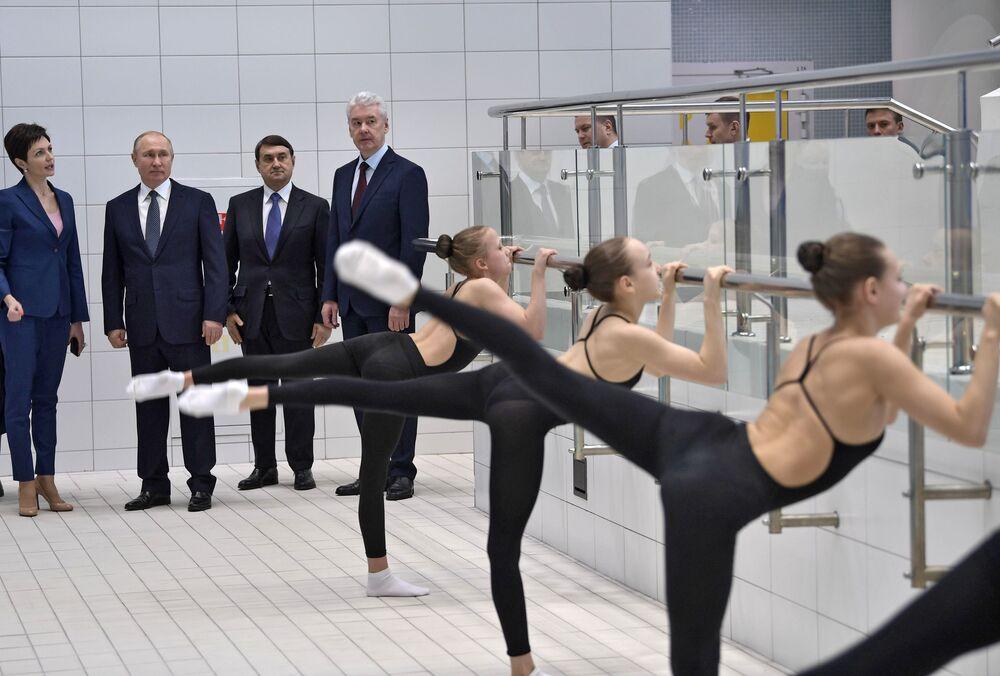 O presidente da Rússia, Vladimir Putin, visita o Centro Olímpico de Nado Artístico de A. Davydova