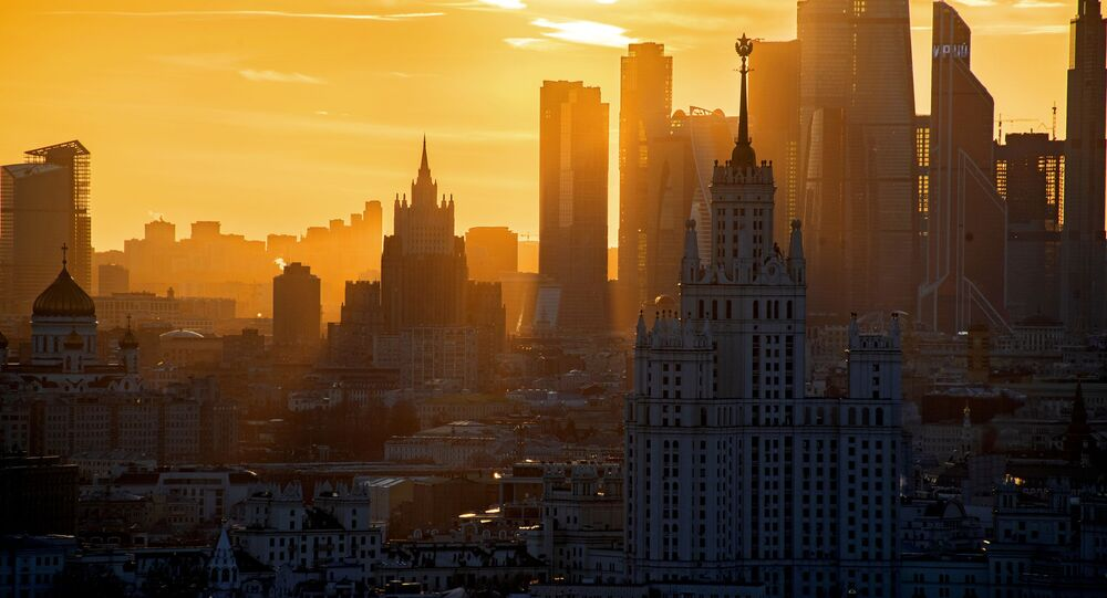 Vista de um arranha-céu, do Centro Internacional de Negócios de Moscou, Moscow City, e do Ministério das Relações Exteriores da Rússia, na capital russa