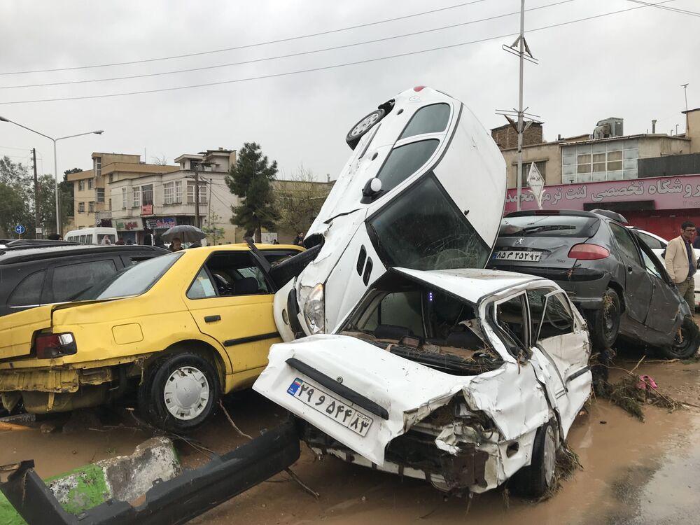 Carros virados por inundação na cidade iraniana de Xiraz