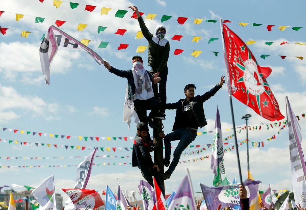 Pessoas se juntam para participar de Noruz – festa tradicional da Ásia Central que celebra o Ano Novo do calendário persa e marca a renovação da natureza