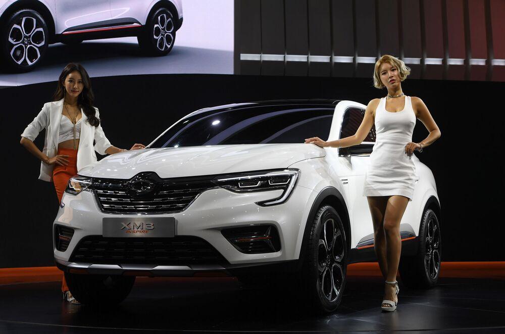 Modelos sul-coreanas posam com o Renault Samsung XM3 Inspire no âmbito do Seoul Motor Show, na cidade de Goyang