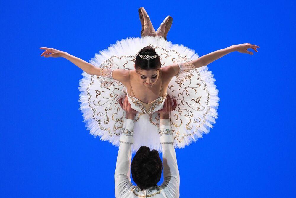 Bailarinos se apresentam no IV Concurso Nacional de Jovens Artistas Ballet Russo, em Moscou