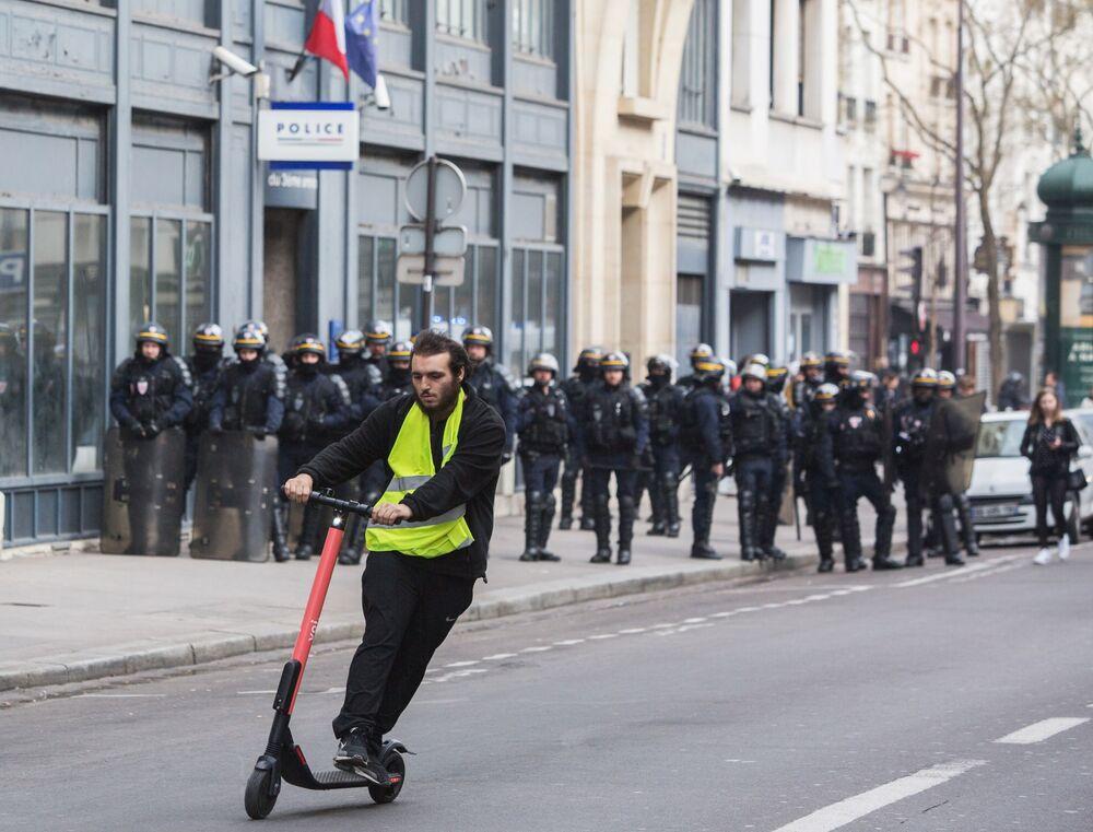 Coletes amarelos organizam ação de protestos em Paris