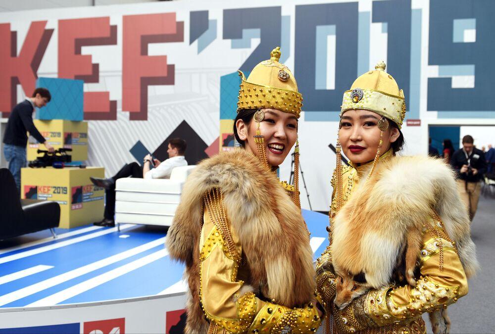 Mulheres em traje nacional da república russa de Tuva no âmbito do Fórum Econômico de Krasnoyarsk 2019