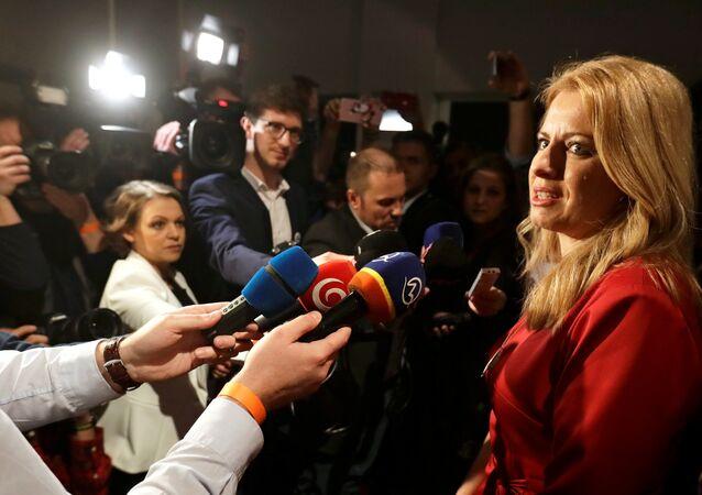 Zuzana Caputova, vencedora da eleição presidencial da Eslováquia, em conversa com jornalistas (arquivo)