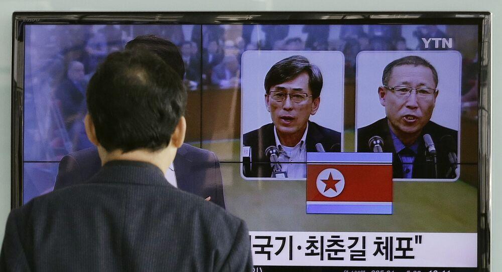 Um homem acompanha em Seul o noticiário sobre as prisões de dois sul-coreanos na Coreia do Norte.