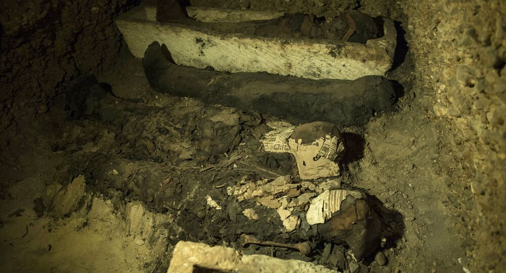 Múmias e outros artefatos em uma câmara sepulcral recentemente descoberta no sul do Cairo, Egito