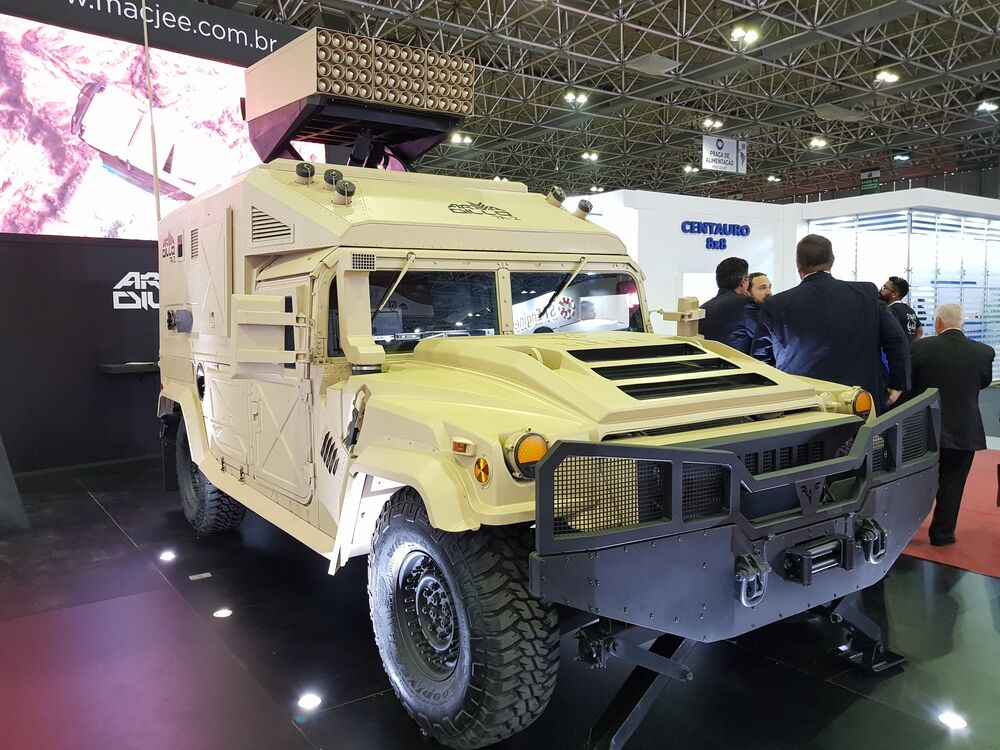 Protótipo militar Armadillo TA2, um veículo lança-foguetes da empresa brasileira Mac Jee