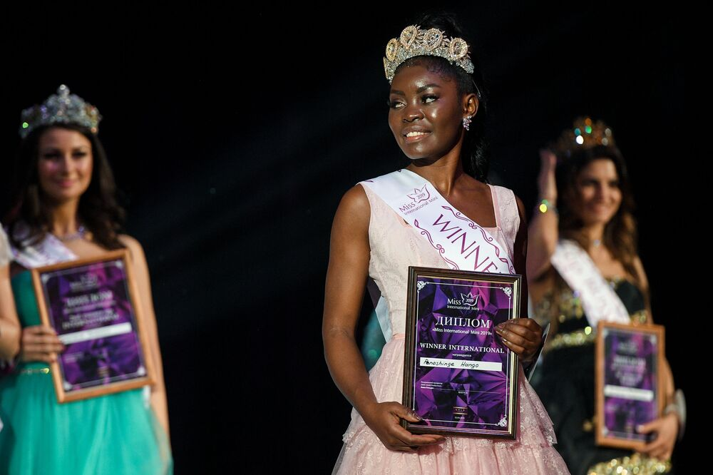 Vencedora do concurso Miss Internacional Mini 2019, Penoshinge Hango, na cerimônia de premiação