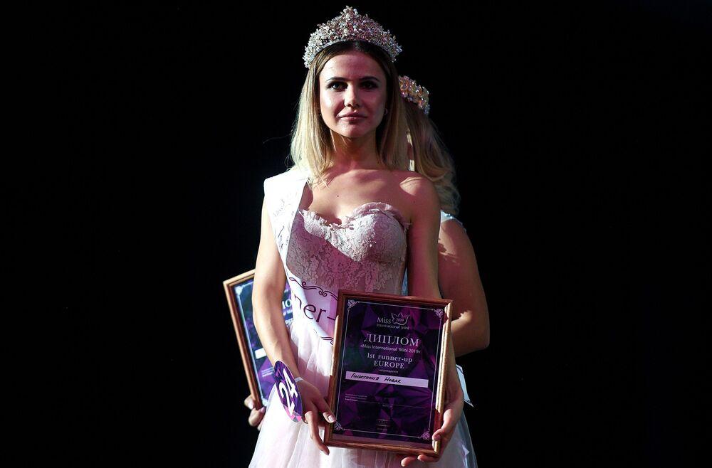 A segunda-vice-miss do concurso Miss Internacional Mini 2019, Anastasiya Novak, posa com prêmio na passarela em Moscou